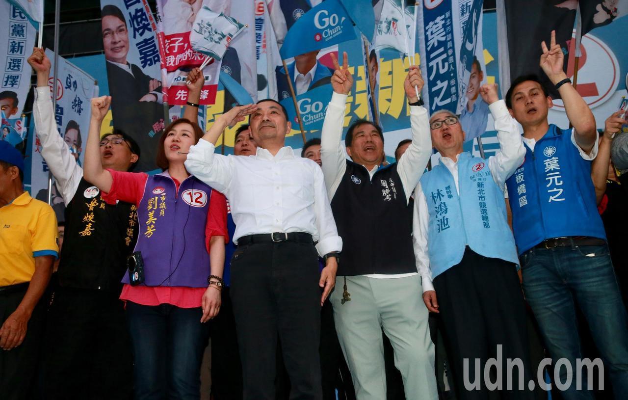 新北市長候選人侯友宜(左三)下午在板橋與新北板橋區國民黨市議員候選人一同造勢。記...