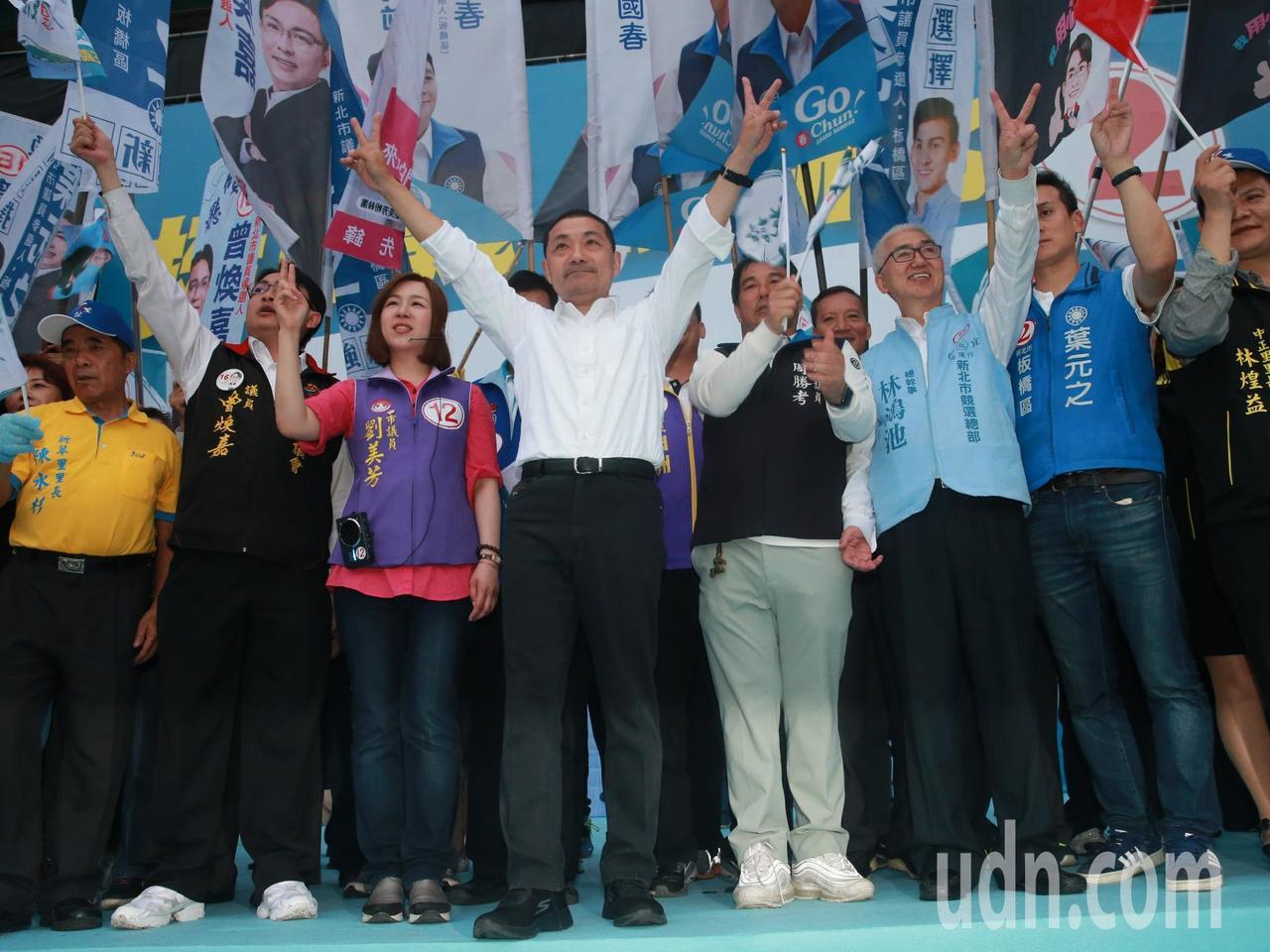 新北市長候選人侯友宜(左四)下午在板橋與新北板橋區國民黨市議員候選人一同造勢。記...
