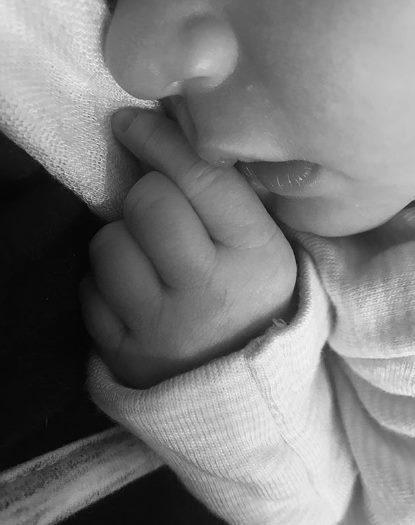 性感女神凱特阿普頓去年出嫁棒球選手韋蘭德,近日順產生下女兒,並首度秀出女兒照片。...