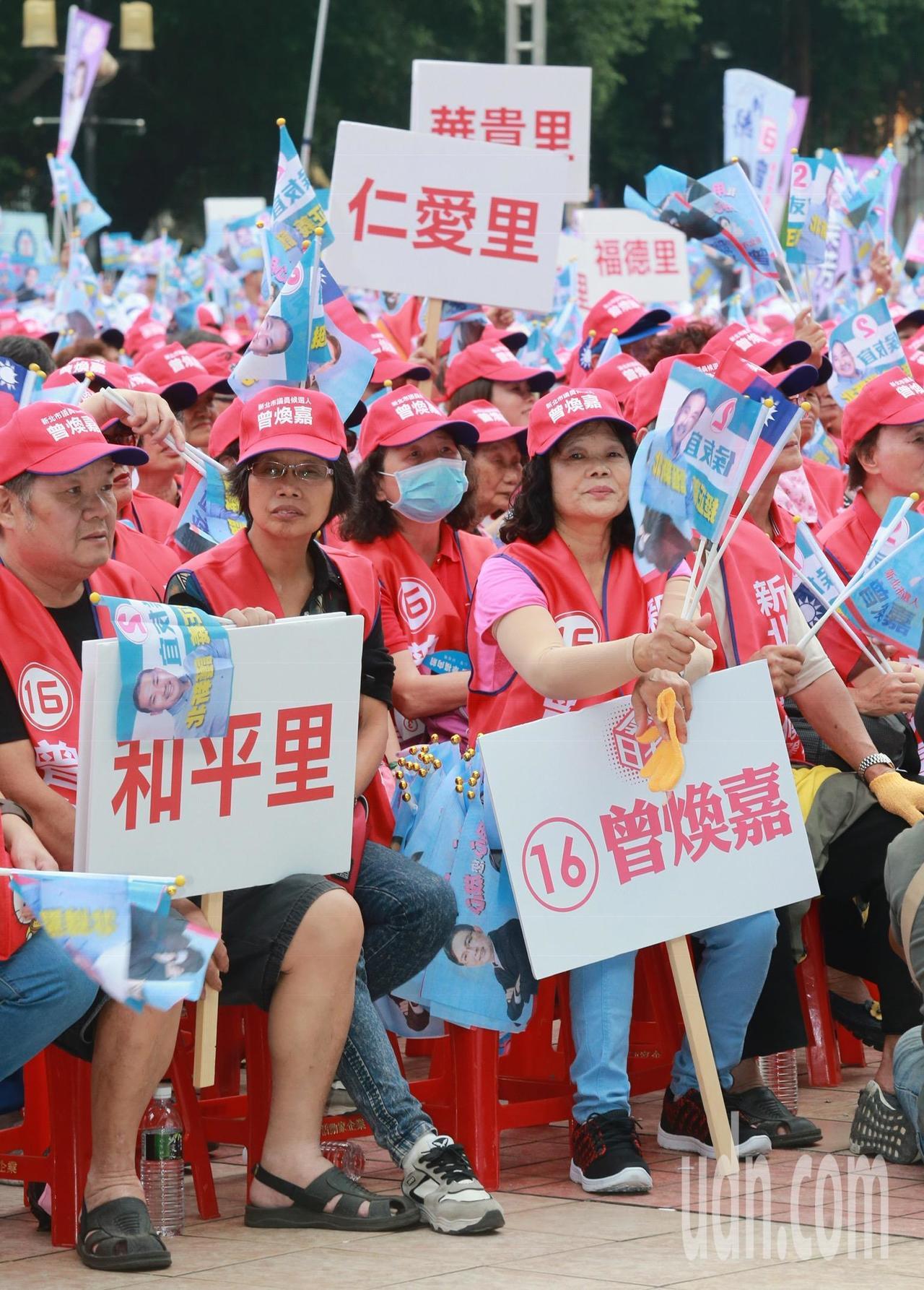 動員鄰里群眾的到場支援,加強選戰氣勢。記者黃義書/攝影