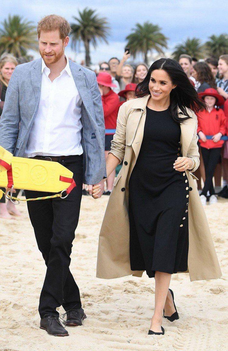 梅根先前曾穿過的Club Monaco黑色洋裝,側邊配有一排金釦裝飾,單穿簡約貴...