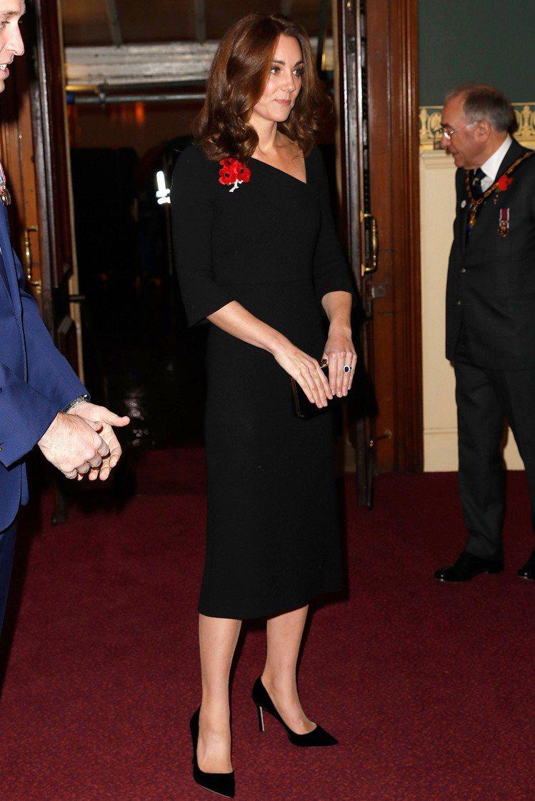 凱特選穿Roland Mouret的七分袖黑色洋裝,斜切的領口造型獨特又兼顧優雅...