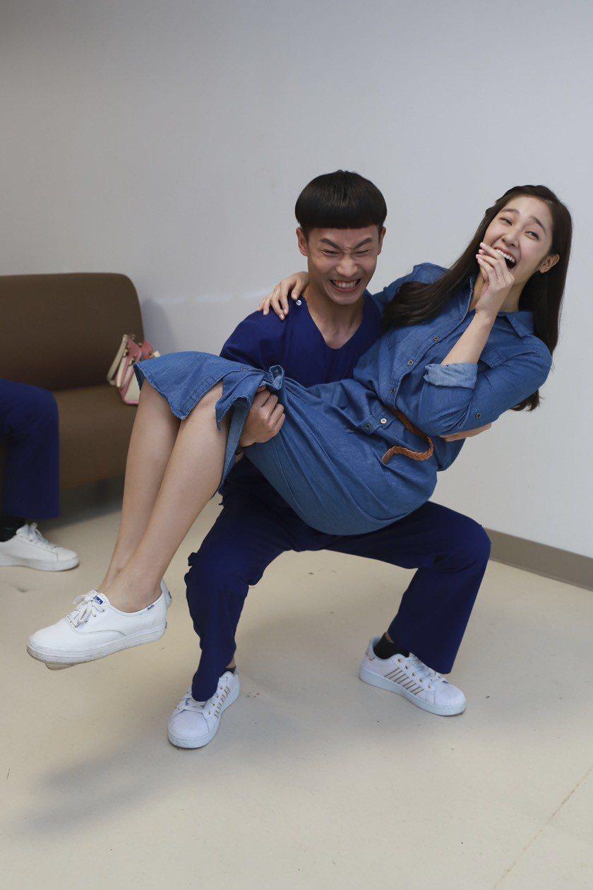 蔡承翰(左)不服輸公主抱起邱子芯。圖/民視提供