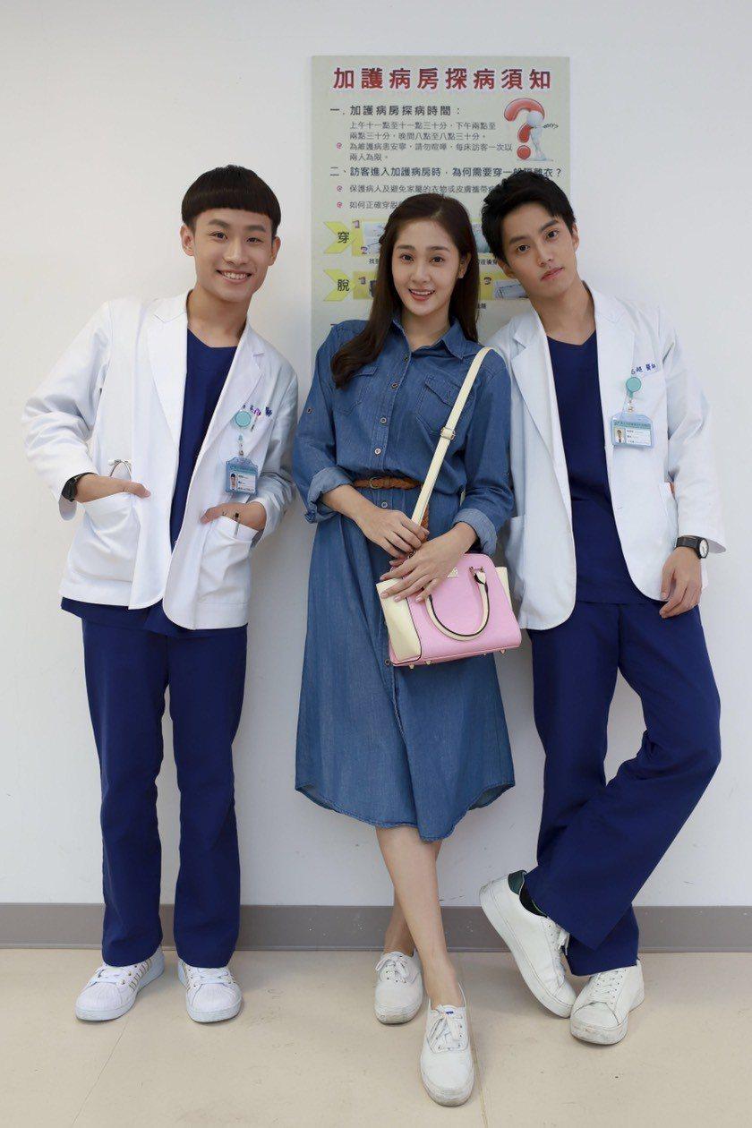 徐謀俊(右起)、邱子芯、蔡承翰演出「實習醫師鬥格」,彷彿開「小賀」劇組同學會。圖...