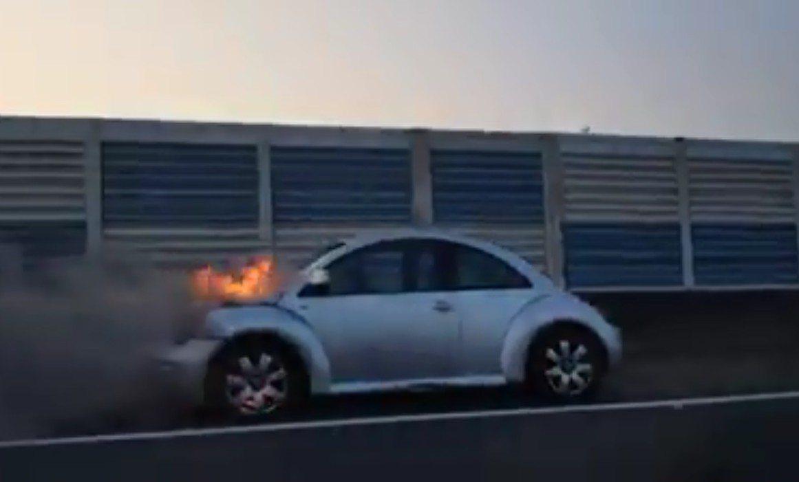 今天下午5點一輛小客車在國道一號南下198公里彰化路段突然冒煙著火,嚇壞車上包括...