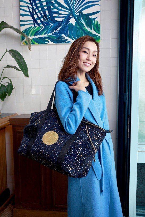 女星范瑋琪示範KIPLING湛藍星空ART包款,堪稱是本季最絕美的袋包之一。圖/...