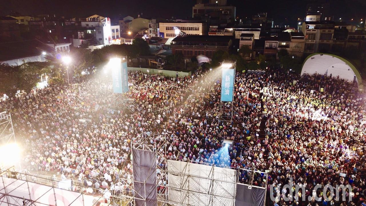旗山體育場滿滿人潮,主辦單位宣稱湧入3萬支持群眾。圖/陳其邁競選總部提供
