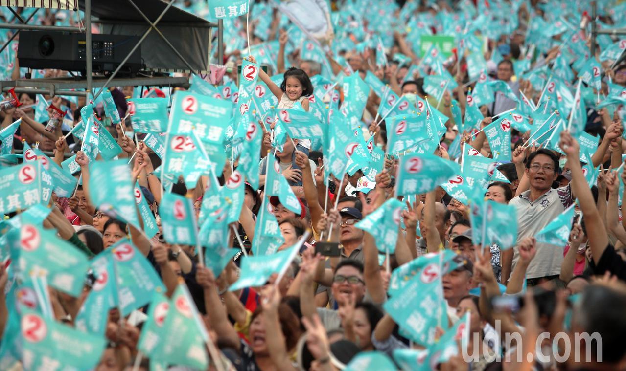 現場群眾熱情揮舞陳其邁的競選旗幟。記者劉學聖/攝影