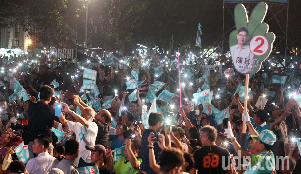 晚會最後,全場支持者拿起手機或蠟燭合唱「伊是咱的寶貝」。記者劉學聖/攝影