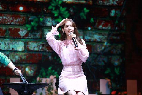 少女時代的潤娥11日晚上與2400名粉絲歡度光棍節,一開場就獻唱自己填詞的「如果你也想起我」,見面會全程幾乎都是用中文與主持人黃子佼對答,語言能力讓黃子佼讚嘆連連。她海外見面會最後一站選在台灣,特地...
