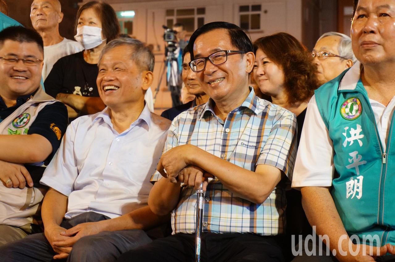 陳水扁 (右 四) 一 坐 在 第一 排 上台. 記者 林伯 驊 / 攝影