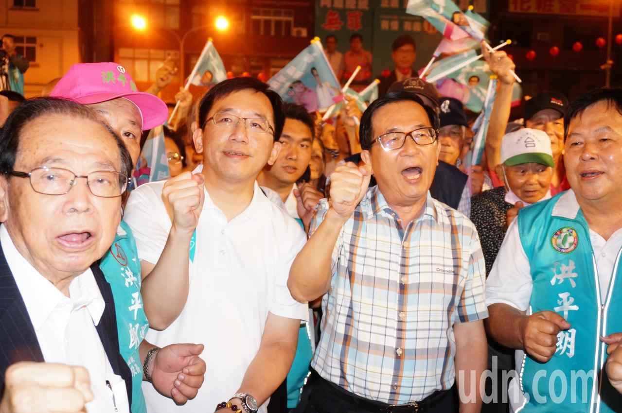陳水扁 (右 二 起) 與 陳 致 中, 前 台南市 長 張 鍙 振臂 高唱. 記者 林伯 驊 / 攝影