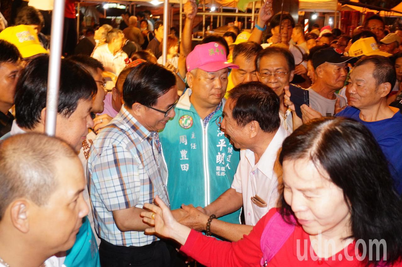 支持者 搶着 與 阿扁 (前 左 三) 握手. 記者 林伯 驊 / 攝影