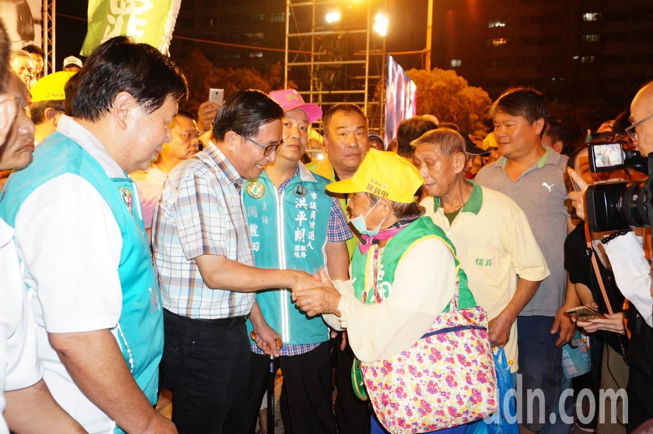 支持者 熱情 與 阿扁 (前 左 二) 握手. 記者 林伯 驊 / 攝影