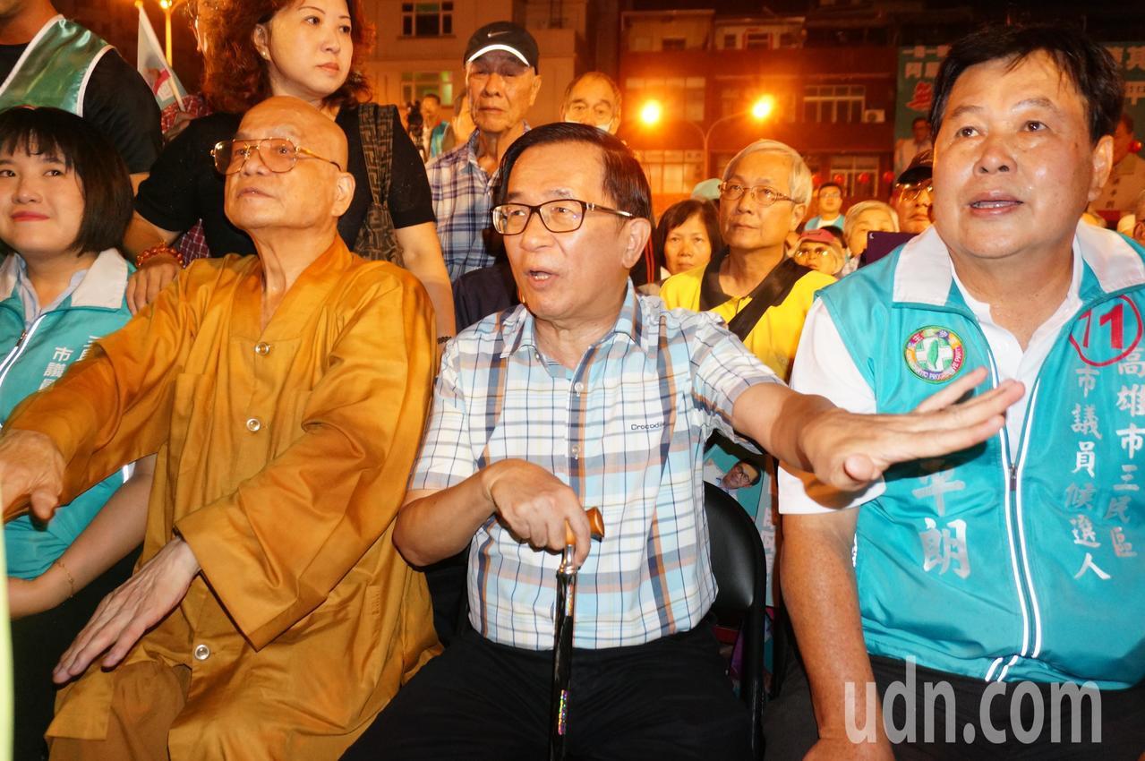 陳水扁 (中) 一度 揮手 要 支持者 坐 好. 記者 林伯 驊 / 攝影