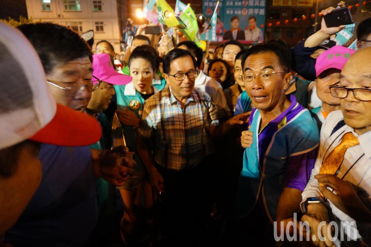 前 總統 陳水扁 (左 五) 進場 時 被 夾 到 簇擁, 寸 難 難.. 者 者 伯 攝 攝