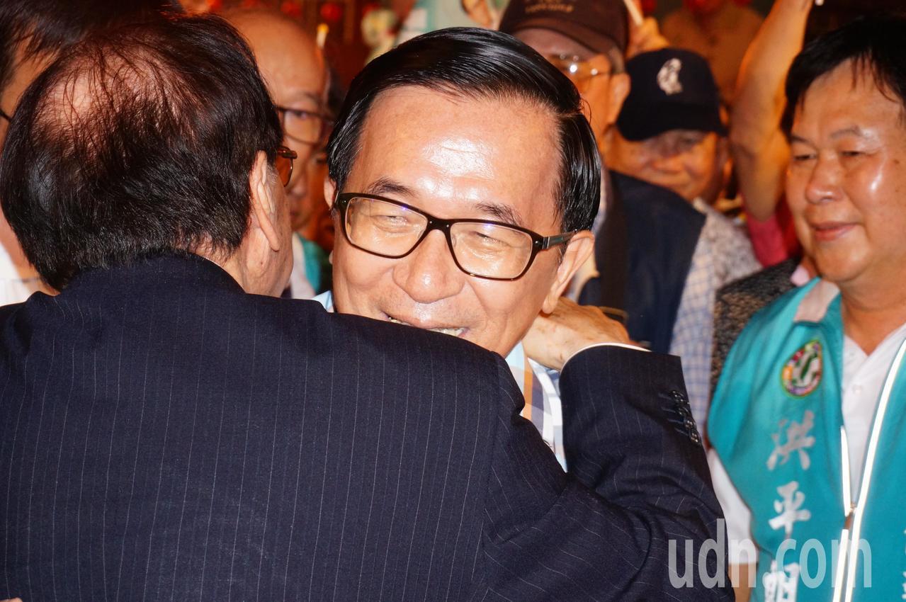 陳水扁 (右 二 起) 和 前 台南市 長 張 鍙 相擁. 記者 林伯 驊 / 攝影