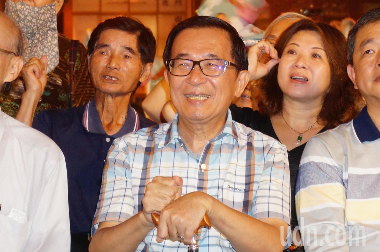 陳水扁 (右 三) 今晚 常 露出 笑容. 記者 林伯 驊 / 攝影