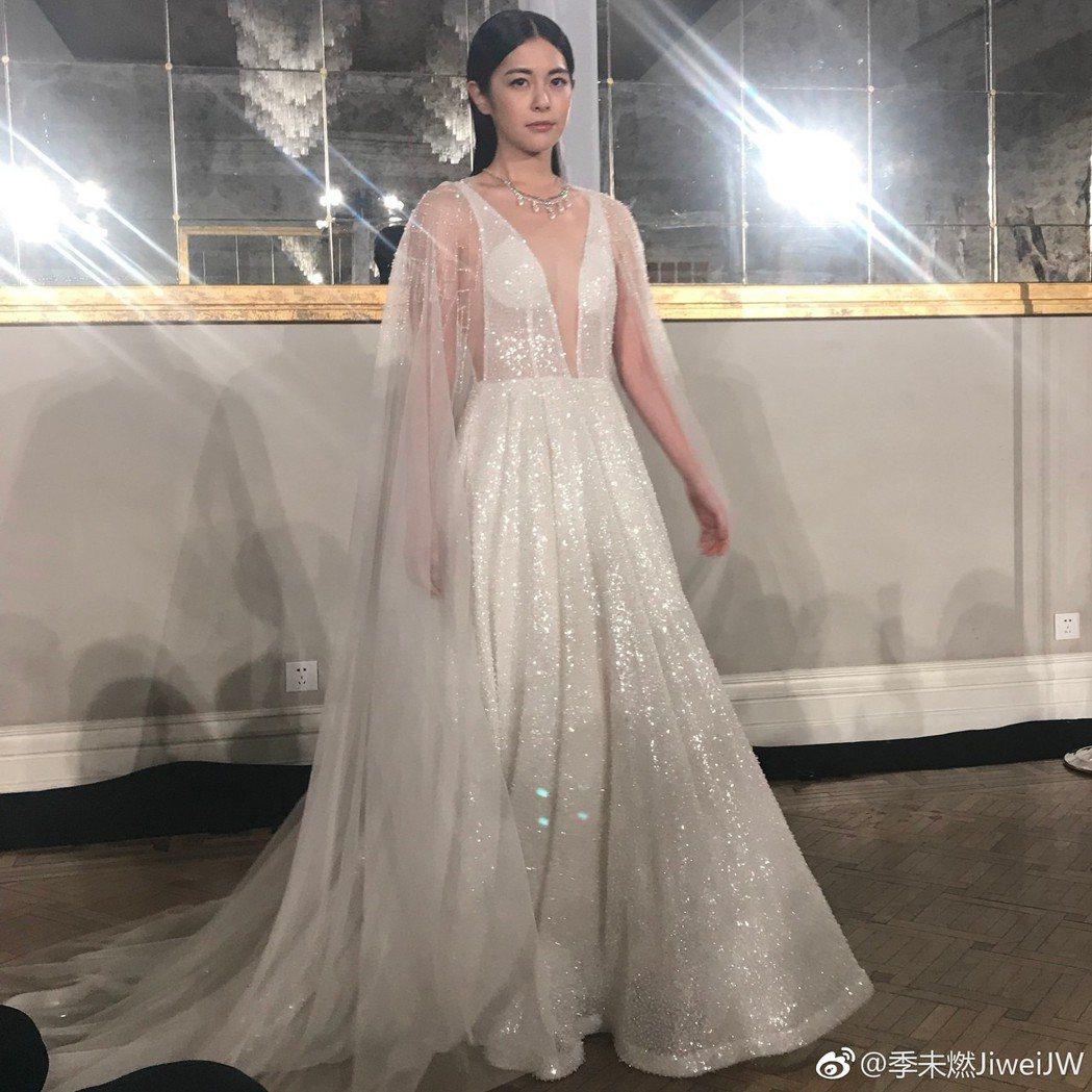 任容萱以深V禮服驚豔四座。圖/摘自微博