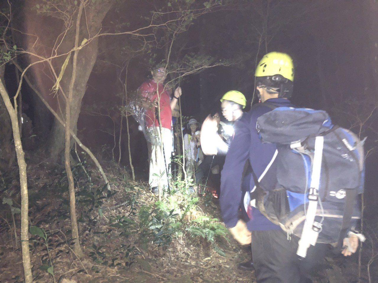 21名民眾今天受困在竹縣山區,並且報警求救。圖/消防局提供