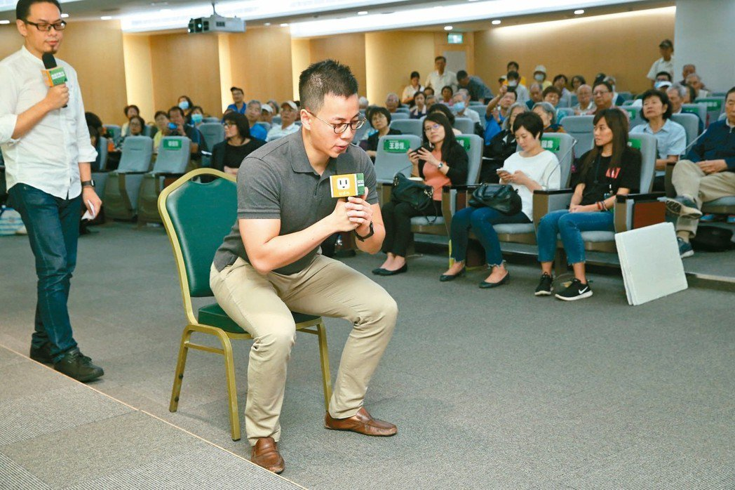 留意膝蓋不要變成內八字。(林口長庚復健科醫師王思恒示範) 記者林俊良/攝影