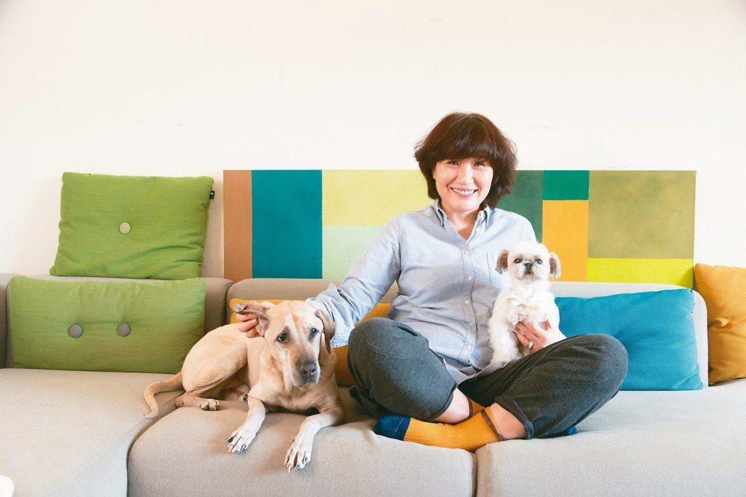 兩隻愛犬是徐譽庭工作間的調劑與陪伴。 陳立凱/攝影
