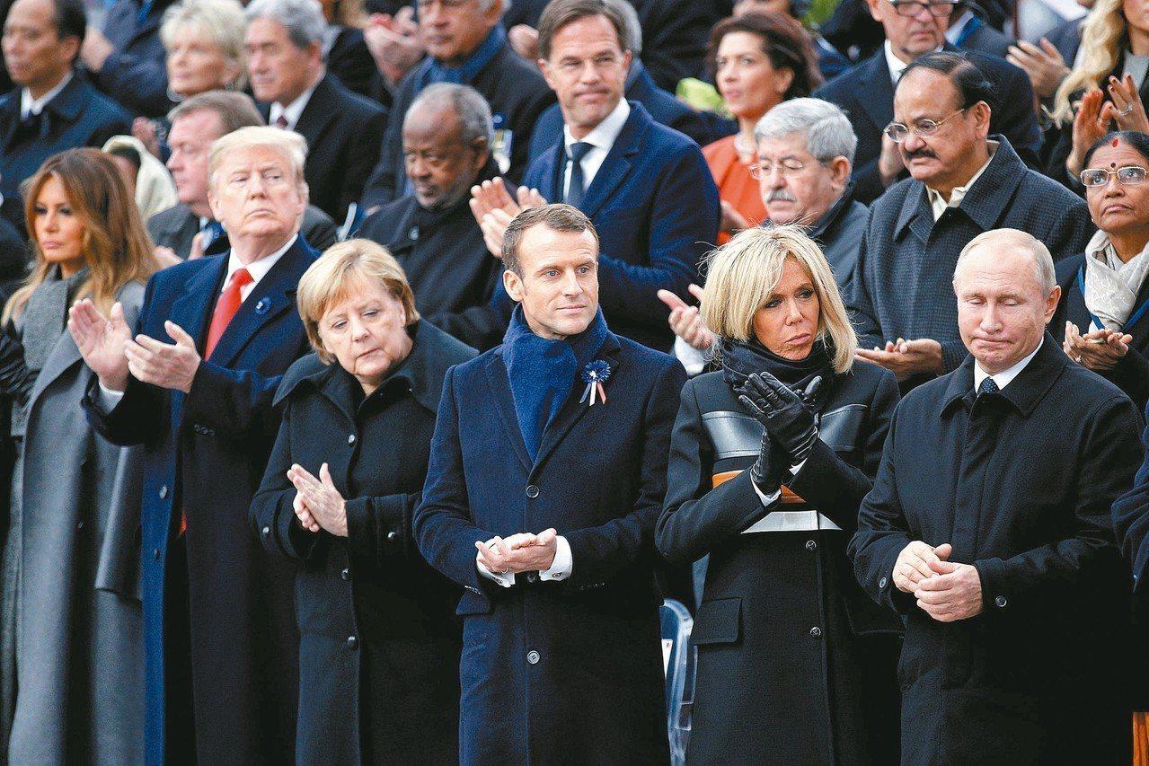 美國總統川普夫婦(前排左起)、德國總理梅克爾、法國總統馬克宏夫婦和俄國總統普亭,...