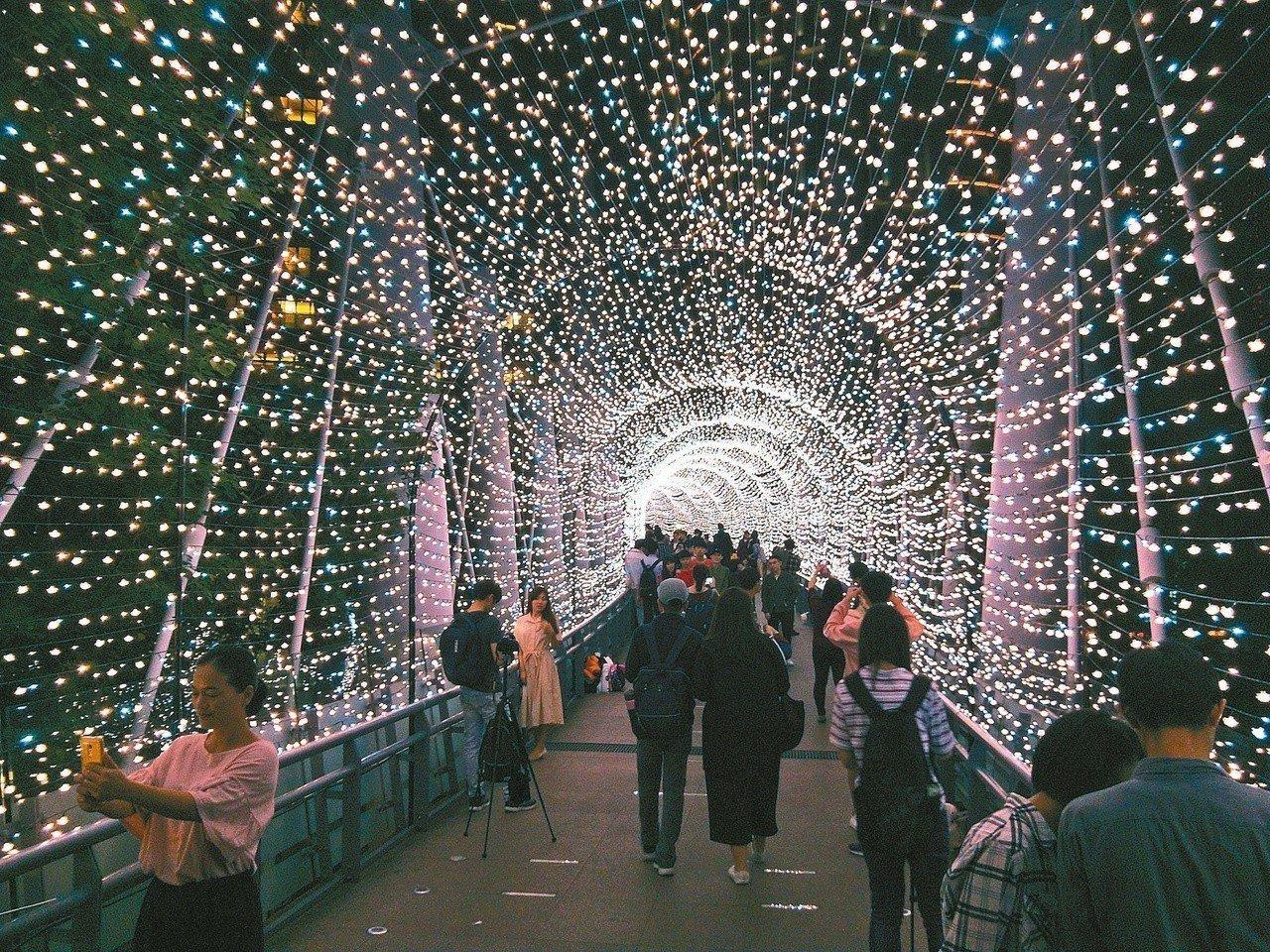 新北市政府將於7日至9日在市民廣場推出「新北耶誕市集」。圖為新北耶誕城試燈,民眾...