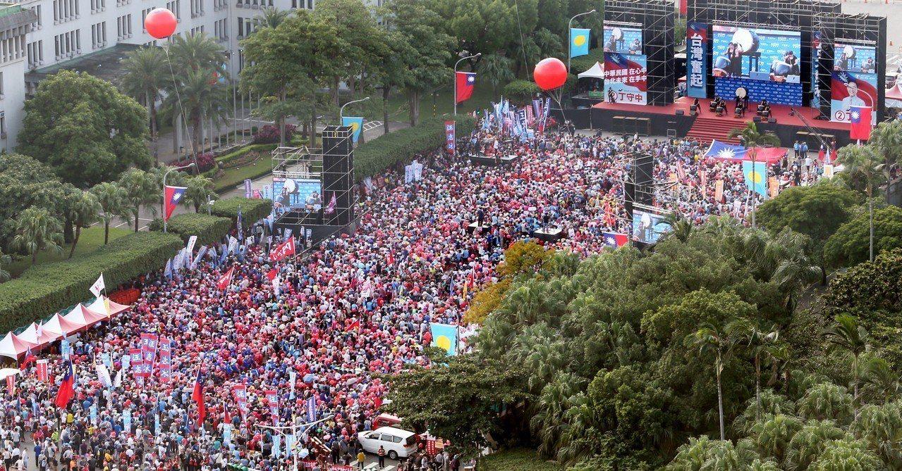 國民黨台北市長候選人丁守中昨天在凱道舉辦造勢活動,萬餘名民眾擠滿會場。 記者葉信...