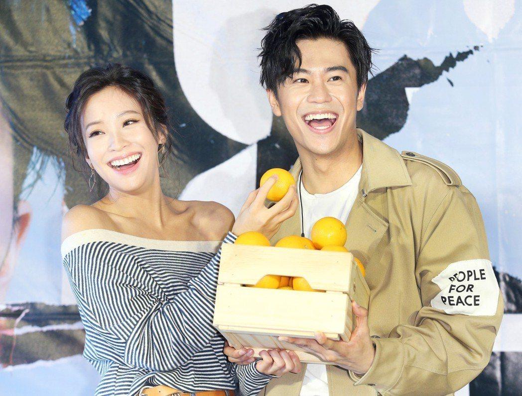 「提琴快手」廖柏雅(右)發新片,好友袁詠琳(左)送上香吉士祝福。記者陳正興/攝影