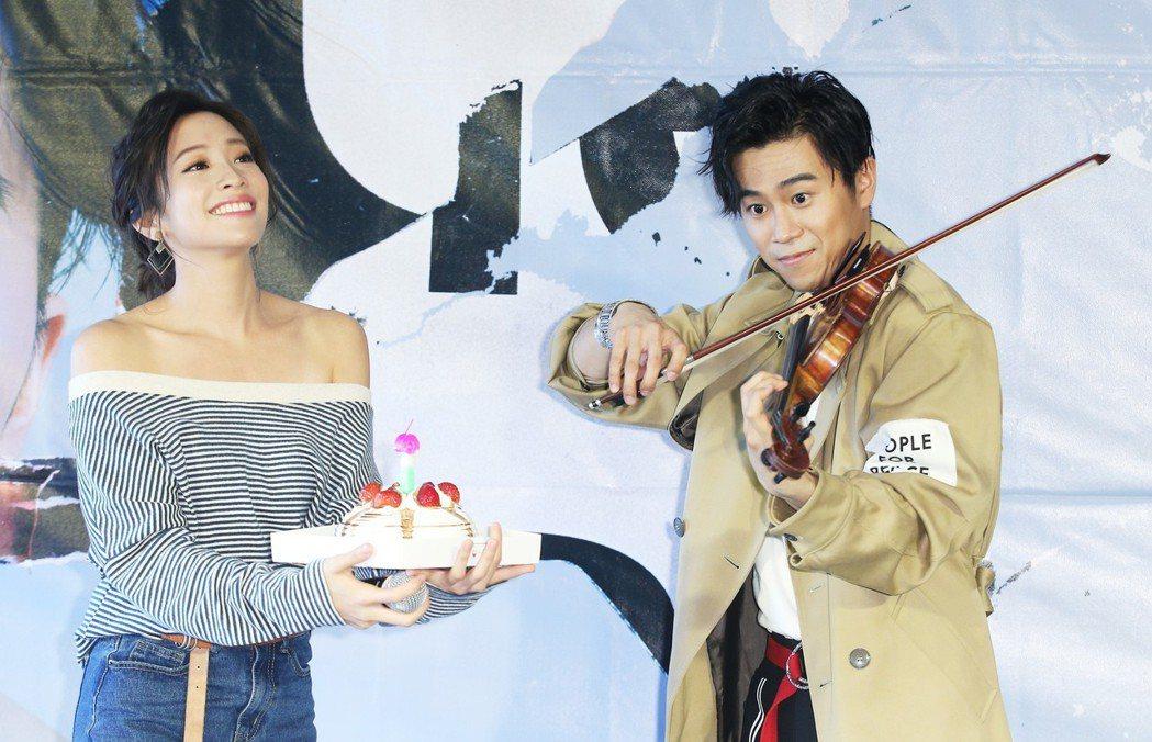 提琴快手」廖柏雅(右)發新片,好友袁詠琳(左)現身祝福,廖柏雅送上生日快樂驚喜。...