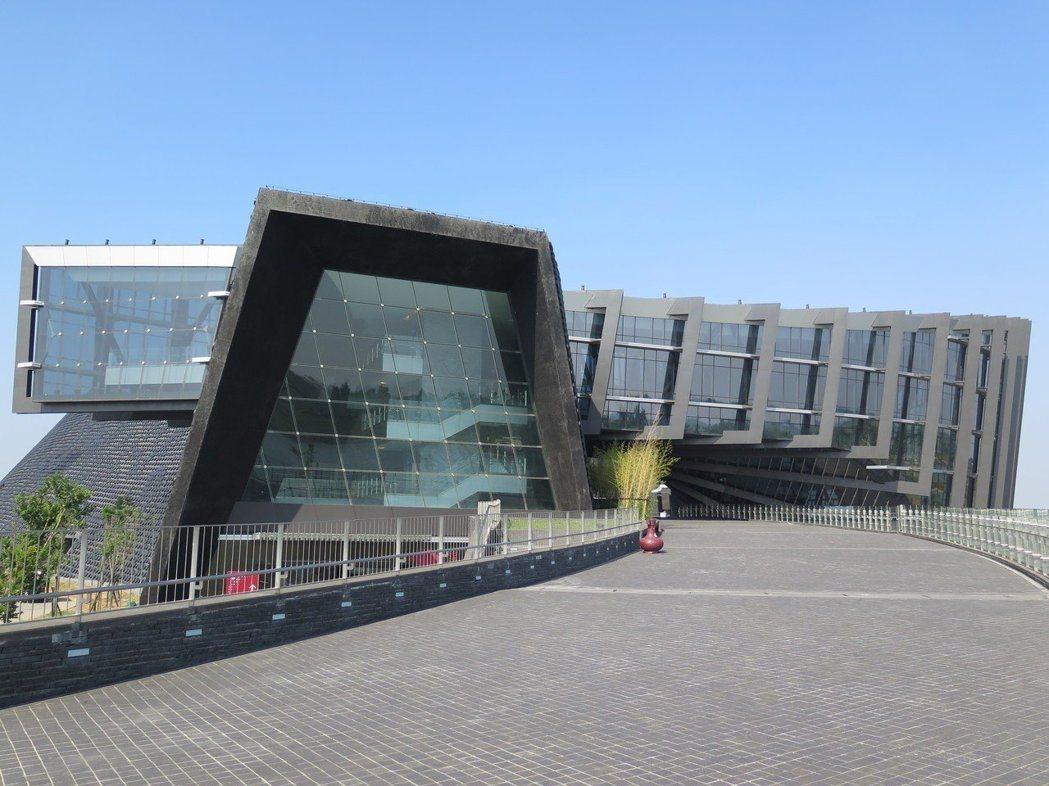 故宮南院原預計2008年開館,但後續卻遇上,預算凍結、與建築師簽約時程延宕等因素...