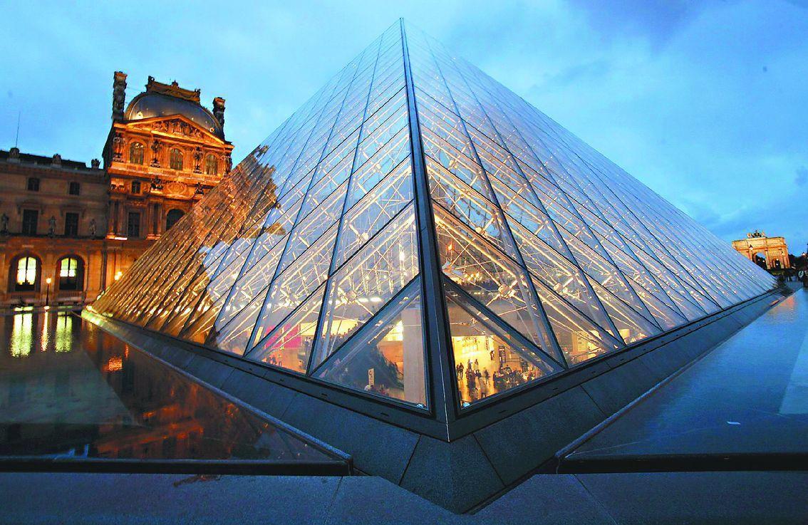 法國羅浮宮1980~90年興建貝聿銘設計的玻璃金字塔。 歐新社