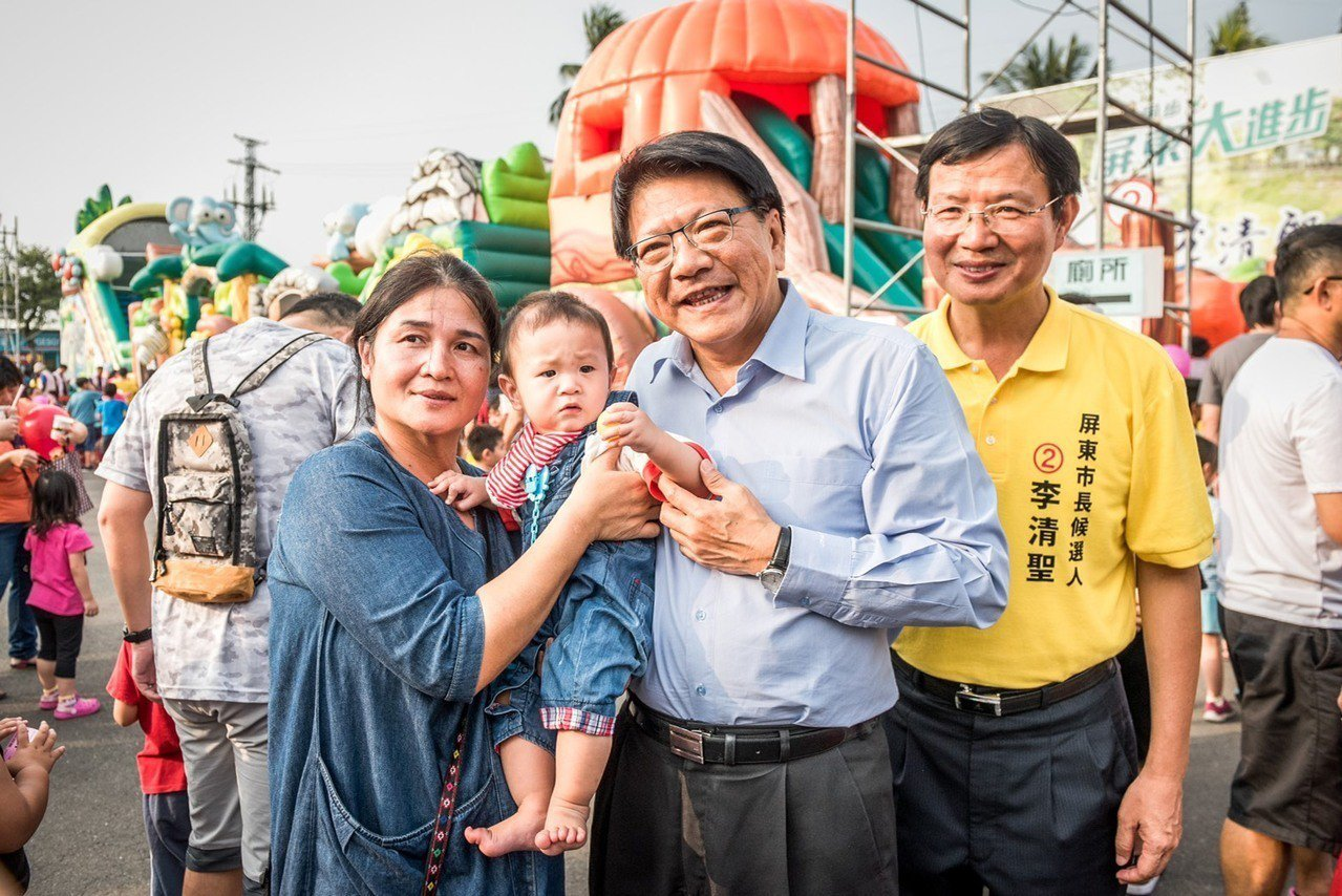 爭取連任的民進黨屏東縣長潘孟安(中),在競選總部舉辦的「安安親子氣墊樂園」與大小...
