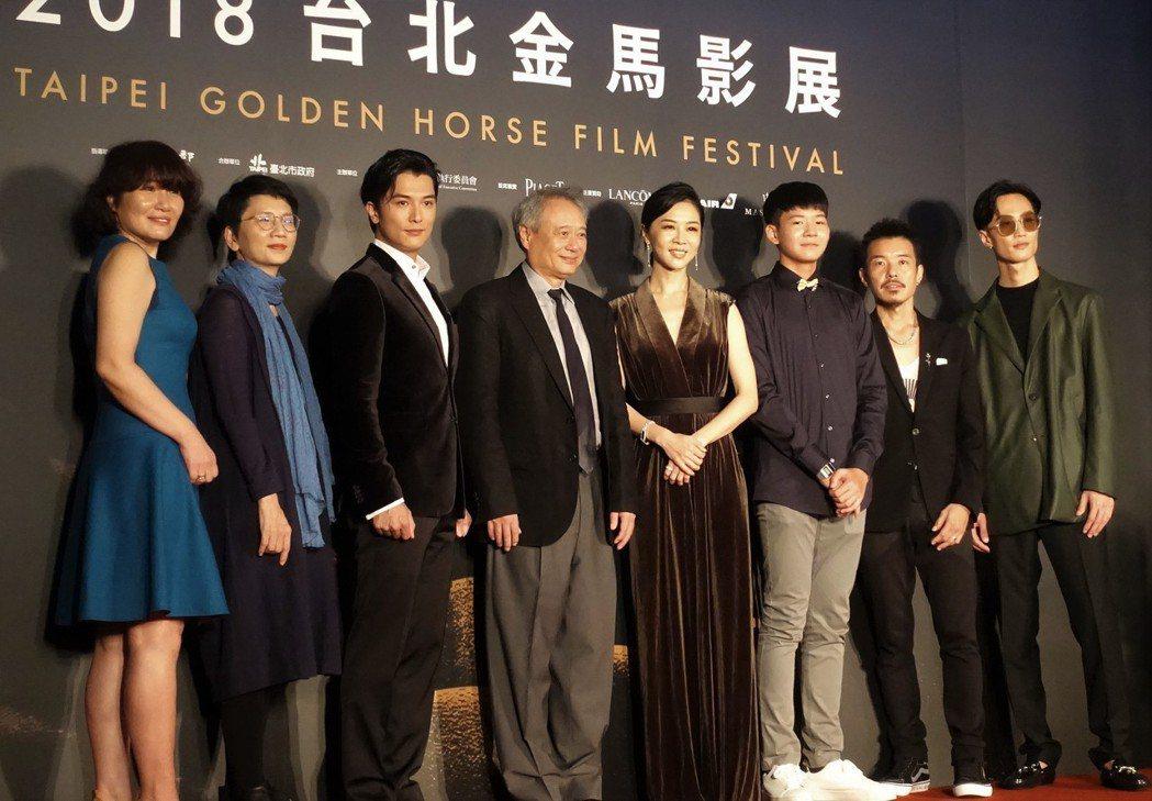 國片「誰先愛上他的」導演徐譽庭(左)12日晚間率片中男女主角邱澤(左3)、謝盈萱