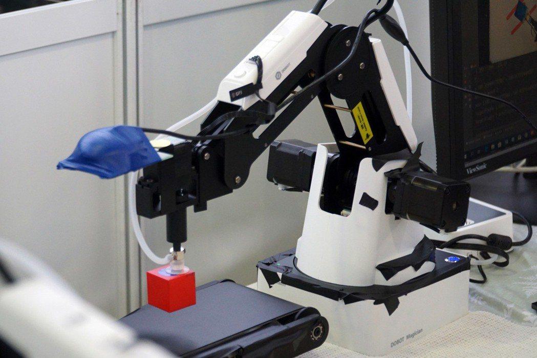 大葉大學研發的智慧製造系統,機械手臂會對貨品進行視覺感測與分類。 大葉大學/提供...