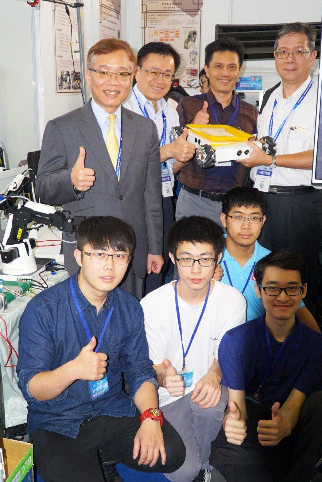 大葉大學工學院團隊到台中工具機展展出研發成果,葉釋仁副校長(後排左一)也說讚。 ...