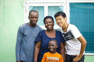 獨自前往非洲,盧韋辰(右)形容每天「都是一次次驚喜」,無論身在哪裡,他都持續用各...
