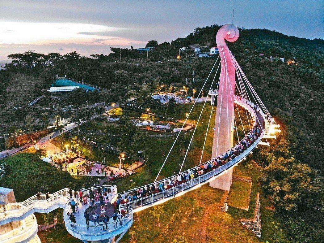 崗山之眼日前舉辦婚紗秀吸引大批人潮進駐 圖片來源/高雄觀光局提供