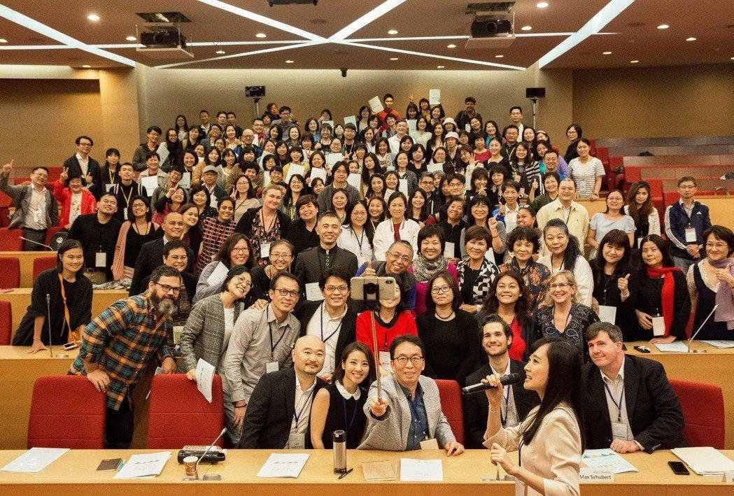 亞洲蒙特梭利教育周,講者與聽眾大合照。圖/毅宇未來教育基金會提供