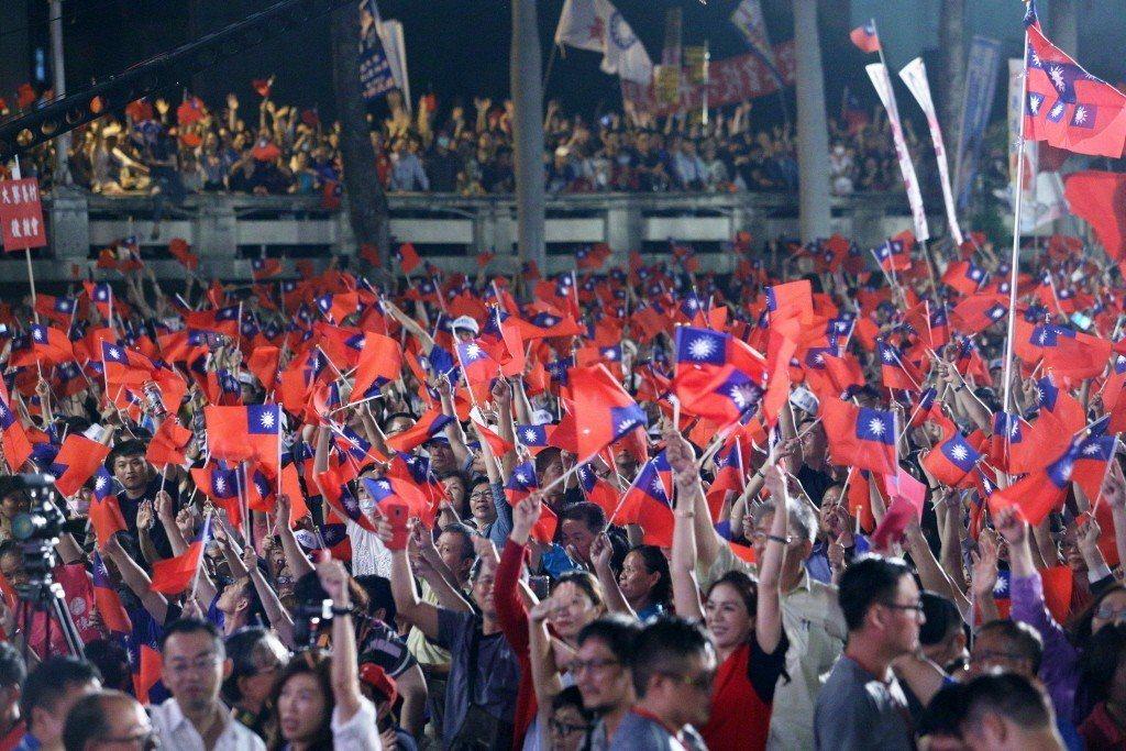 政黨和國族認同,依然是台灣政治場域與投票意向中足以左右勝負的關鍵。圖為韓國瑜在鳳...