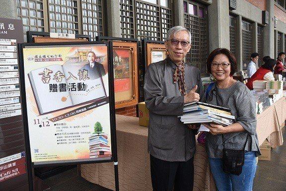 1112贈書活動-館長梁永斐與搶得贈書頭彩的民眾合影。 國父紀念館/提供
