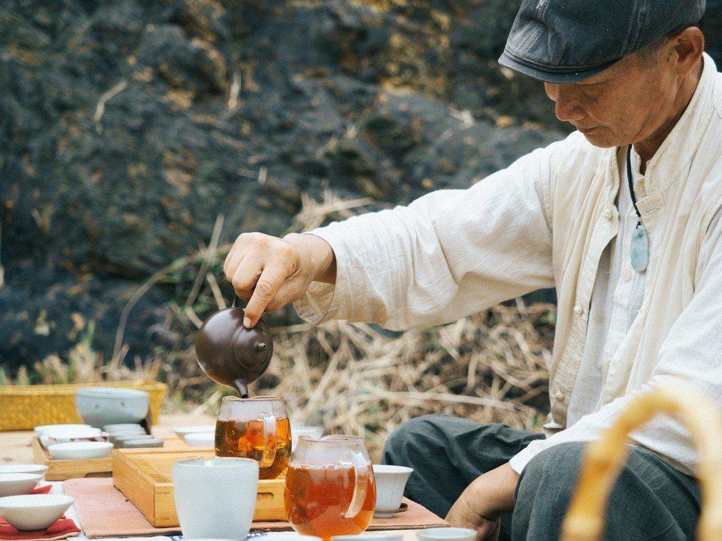 大自然景色之中,品嘗好茶欣賞表演。 圖/和泰汽車提供