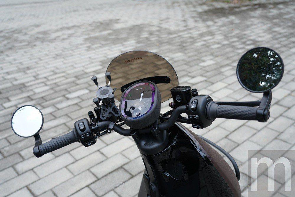 與Gogoro S2一樣採裸把設計,同時後視鏡採用更具跑車風格的手把固定設計 (...