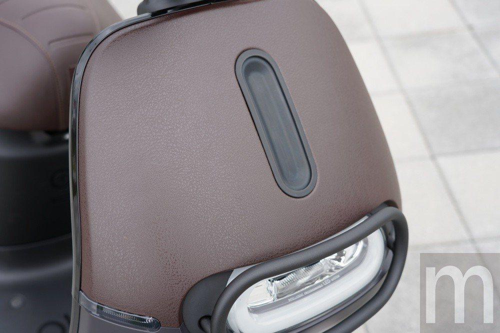 仿皮革材質的前面板設計
