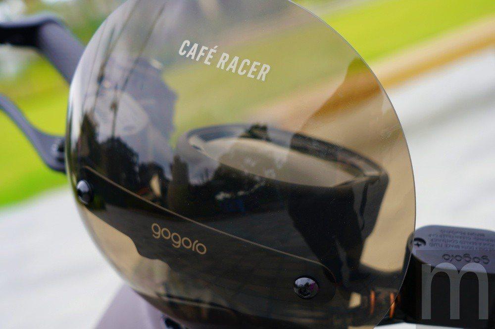 與Gogoro S2採用風鏡稍有不同,Gogoro S2 Café Racer搭...
