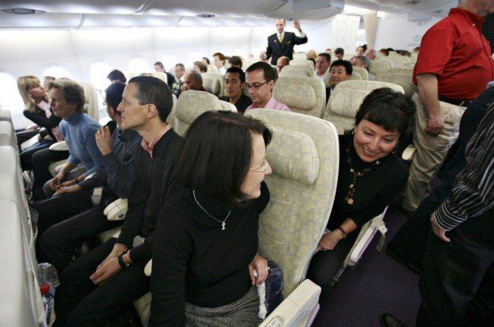 與鄰座乘客打招呼、盡量不干擾鄰居。 圖/edition.cnn.com