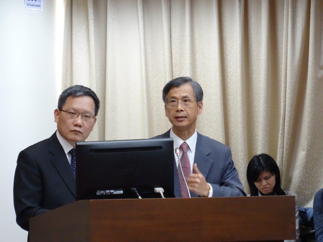 財政部長蘇建榮(左)與國庫署長蕭家旗(右)答詢有關青年安心成家房貸利率調降問題。...