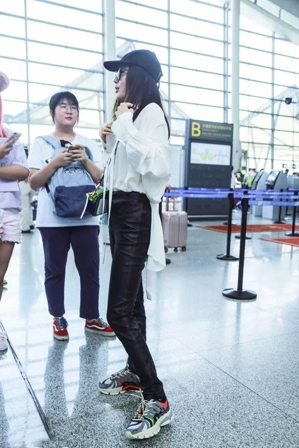 秦嵐用雪紡襯衫與皮褲、老爹鞋展現混搭時尚感。圖/摘自微博