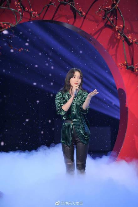 秦嵐在綜藝節目上與「海蘭察」王冠逸合唱時,選擇以綠黑條紋天鵝絨長上衣搭配窄版刷破...